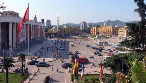 Der Platz Sheshi Skenderbej ist das Zentrum von Tirana