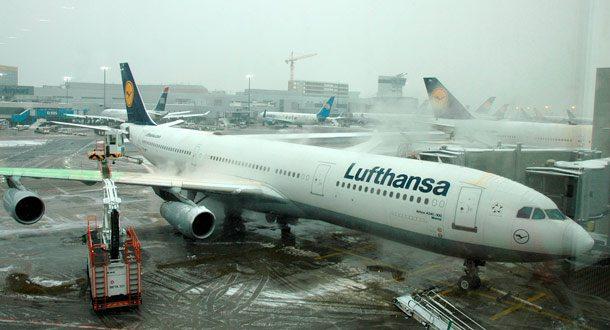 Enteisung einer Lufthansa-Maschine