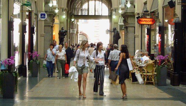 Frauen im Urlaub lieben Shopping