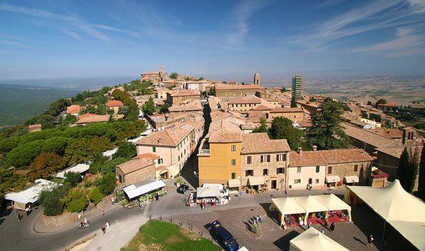 Panoramablick vom Schloss Fortezza auf die Kleinstadt Montalcino