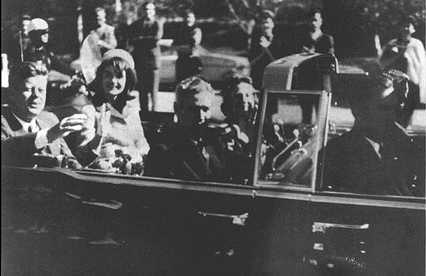 22. November 1963: Der Konvoi mit US-Präsident John F. Kennedy und seiner Frau Jackie fährt durch Dallas. Wenige Sekunden später fallen Schüsse. JFK wird tödlich verletzt