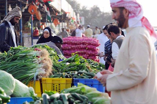 Souks in Abu Dhabi: Markt mit Händerl und Kunden