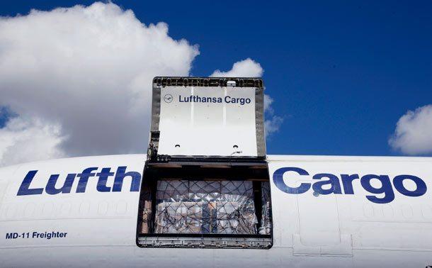 Beladung einer Lufthansa Cargo-Maschine