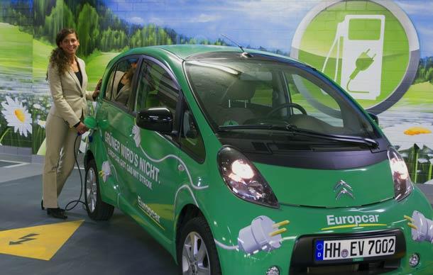 Mit dem E-Mietwagen des andel's Hotel Berlin durch die deutsche Hauptstadt fahren