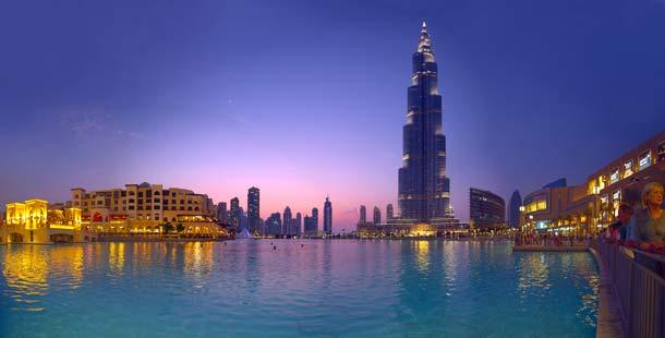 Dubai City im Schatten des Wolkenkratzers Burj Khalifa