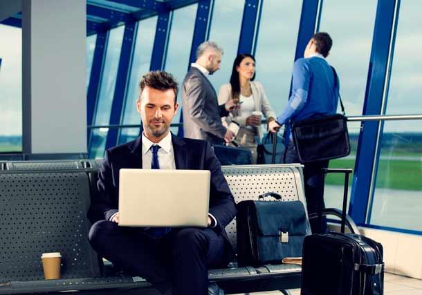 Geschäftsreisende und Urlauber dürfen auf bestimmten Flügen ihre Laptops und iPads nicht im Handgepäck mitnehmen (Foto: iStock/Iza Habur)