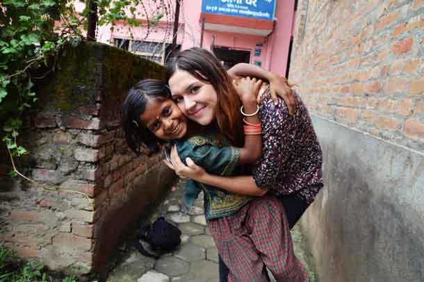 Jugendliche helfen Kindern in Nepal. Foto_Ruby-Charice-Sartori_VoluNation610x406