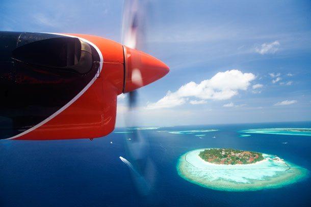 Flugzeug über einer Insel im Meer