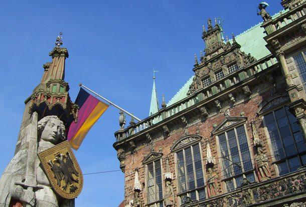 Die berühmte Roland-Statue auf dem Marktplatz vor dem Bremer Rathaus ist ein beliebtes Motiv bei Besuchern (Foto: BTZ Bremer Touristik-Zentrale)