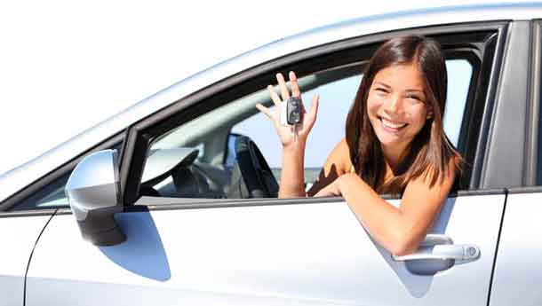 Leihwagen: Frau im Auto