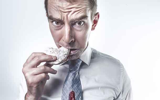 Gesundheit: Mann knabbert an einem Keks