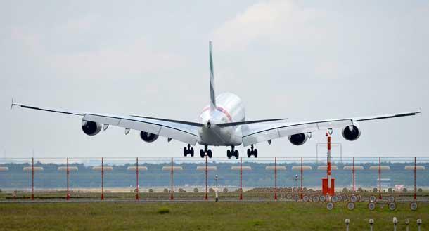 Emirates Airbus A380 beim Landen in Frankfurt