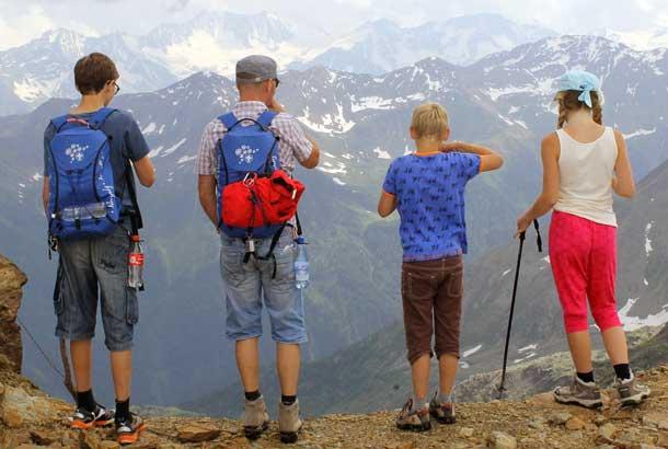 Familie beim Wandern in den Alpen: Der generationsübergreifende Sommerurlaub ist wieder im Kommen (Foto: Pixabay)