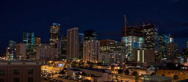 Die rund 2,5 Mio. Einwohner zählende Metropolregion Denver ist Sitz traditioneller Bergbauunternehmen und großer Telekommunikationskonzerne. Weitere wichtige Branchen sind die Energieversorgung und Logistik. Denver ist bei Privatreisenden als das östliche Tor zu den Rocky Mountains bekannt (Foto: Pixabay)