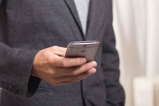 Reisemanagement: Mann mit Smartphone