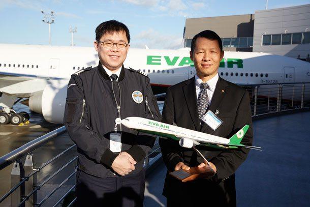 EVA AIR Vorsitzender K.W. Chang und EVA AIR Präsident Austin Check bei der Übernahme der 22. Boeing 777-300ER