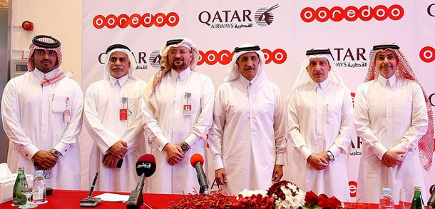 Diese sechs Männer machen es möglich, dass alle Qatar Airways Passagiere für 15 Minuten kostenlos an Bord surfen können: Sheikh Saud Bin Nasser Al Thani, Group CEO of Ooredoo; H.E Mr. Akbar Al Baker, Qatar Airways Group Chief Executive; H.E. Sheikh Abdulla Bin Mohammed Bin Saud Al Thani, Chairman of the Board of Directors for Ooredoo; Mr. Waleed Al Sayed, CEO Ooredoo Qatar; Mr. Yousef Abdulla Al Kubaisi, COO Ooredoo Qatar and Sheikh Nasser Bin Hamad Al Thani, Chief New Business Officer Ooredoo (von rechts)
