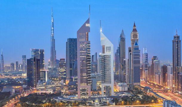 Die beeindruckende Skyline der Wüstenmetropole Dubai mit den Jumeirah-Emirates-Towers macht Lust auf einen Kurzbesuch (Foto: Dubaitourism)