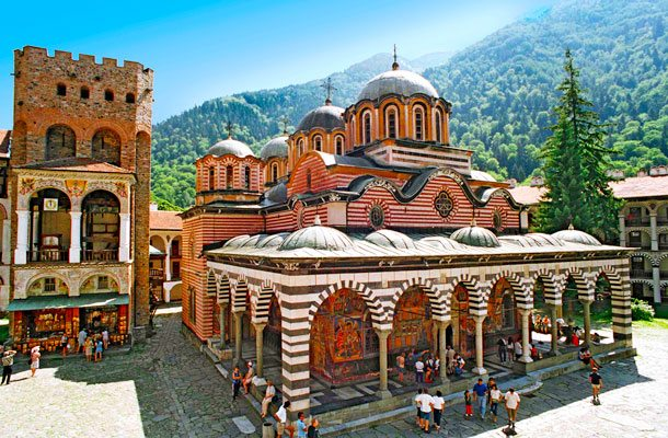 Der kleine EU-Balkanstaat Bulgarien hat Urlaubern viel um wenig Geld zu bieten: Historische Stätten wie das einzigartige Rita-Kloster für Kulturinteressierte und endlose Sandstrände am Schwarzen Meer (Foto: Tui)