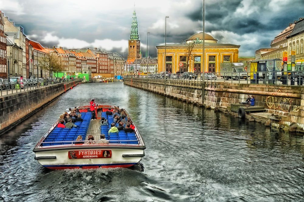 Kopenhagen: Schiff fährt durch den Stadtkanal