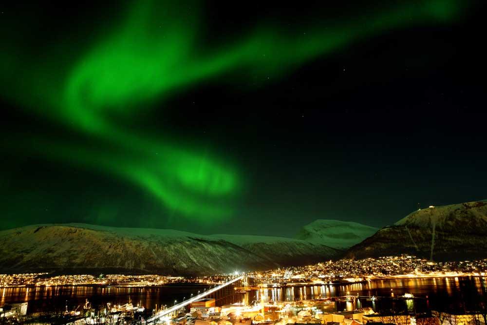 """Das Nordlicht-Spektakel und Tromsø, """"das Tor zum Eismeer"""", als spannendes Winter-Städtereiseziel, sind ab November 2016 noch leichter zu erreichen (Foto: Yngve Olsen Saebbe, www.nordnorge.com)"""