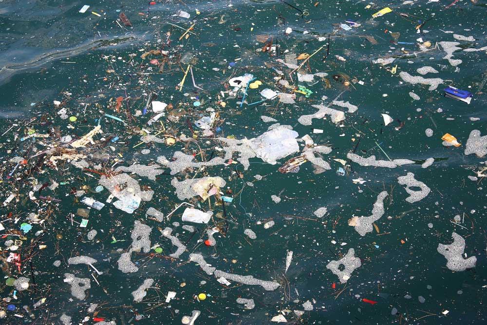 Ob im Alltag oder im Urlaub: Immer mehr Plastikmüll verseucht die Meere, immer mehr Müll produzieren Industrie und Tourismuswirtschaft