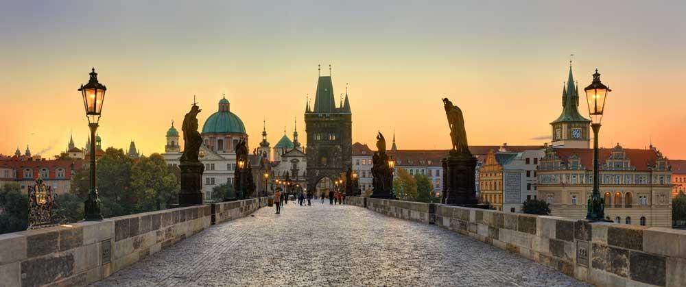 Ein Prachtwerk der goldenen Prager Epoche ist die Karlsbrücke. Kaiser Karl IV. hatte die Prager Neustadt gegründet und die steinerne Brücke errichtet, die heute ihm zu Ehren Karlsbrücke heißt (Foto: Czech Tourism, Libor Svacek)