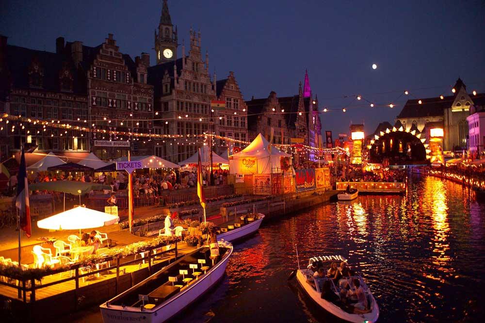 Gent versteht es, Feste zu feiern: Spektakuläre Lichterspiele an der Graslei in der Altstadt sind eine der vielen touristischen Höhepunkt (Foto: Flandern Tourismus)