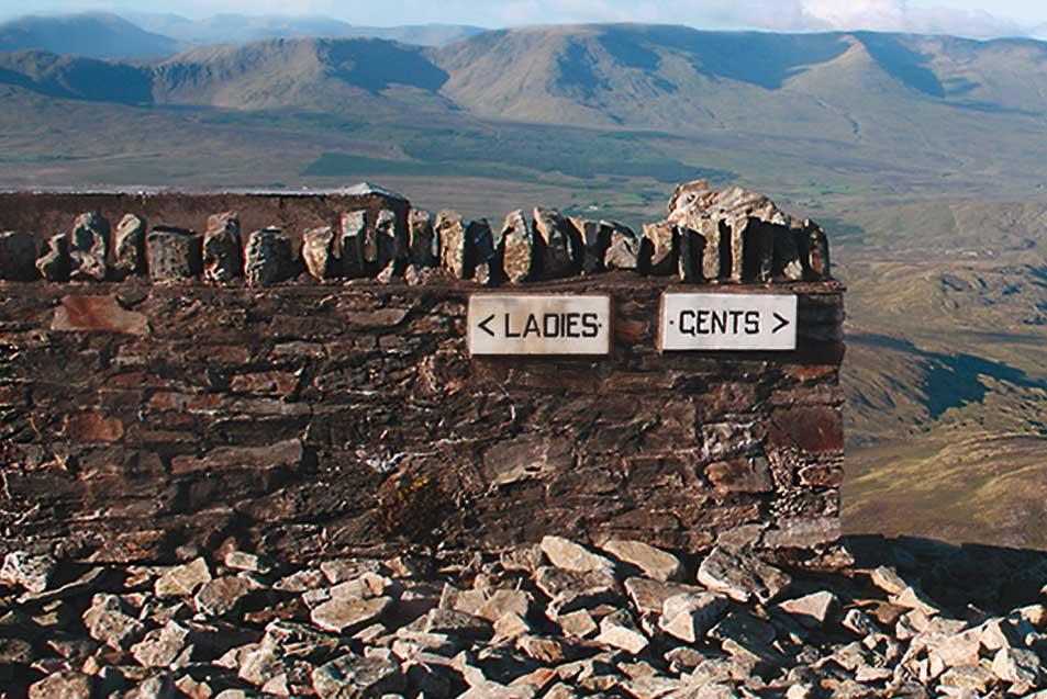 Es steht ein Klo im Nirgendwo: Luke Barclay hat sich auf die Suche nach den Toiletten mit den spektakulärsten Aussichten begeben – etwa auf dem Gipfel des heiligen Croagh Patrick in Irland (Foto: Luke Carclay, Fischer Verlage)