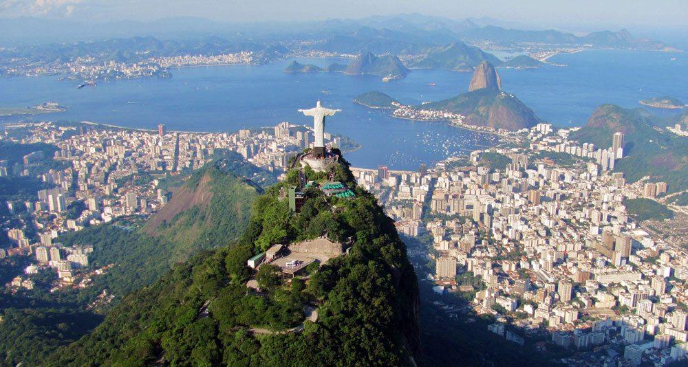 Traumausblick auf Rio de Janeiro: Aber vor und hinter dem Zuckerhut versteckt sich ein anderes Rio (Foto: Wikimedia Commons, Rafael Rabello de Barros)