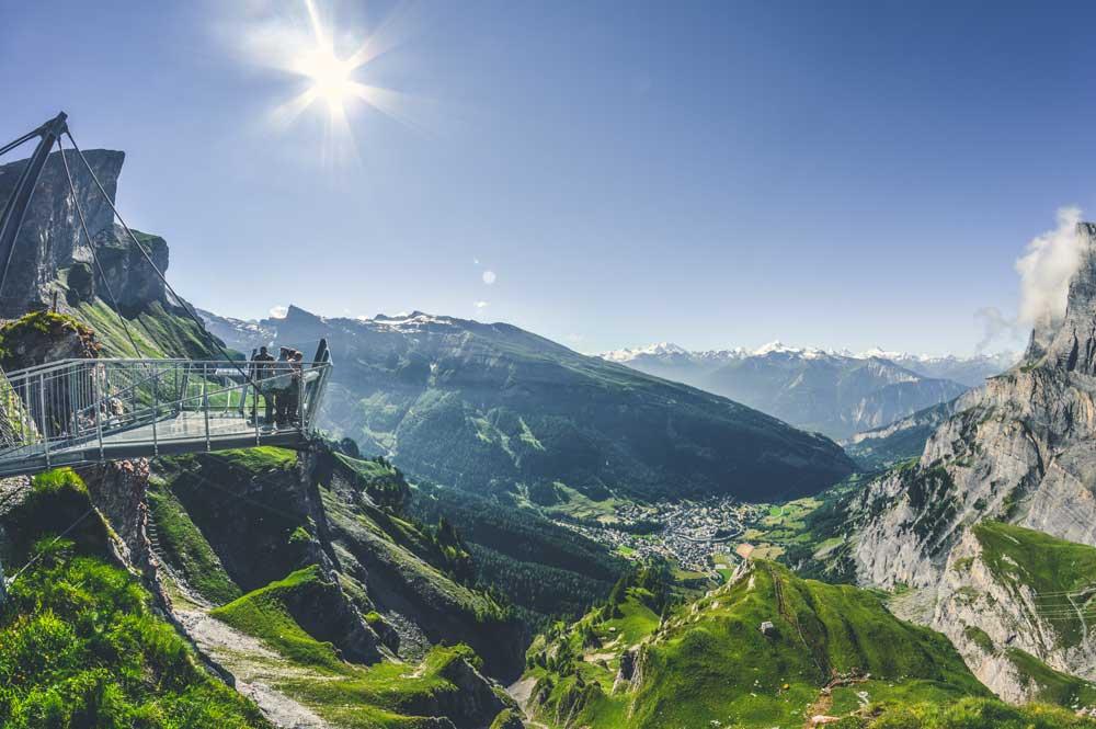 Gemmi-Panorama im Sommer: Ein grandioser Ausblick auf Leukerbad, wo das Literaturfestival stattfindet (Foto: Leukerbad Tourismus)