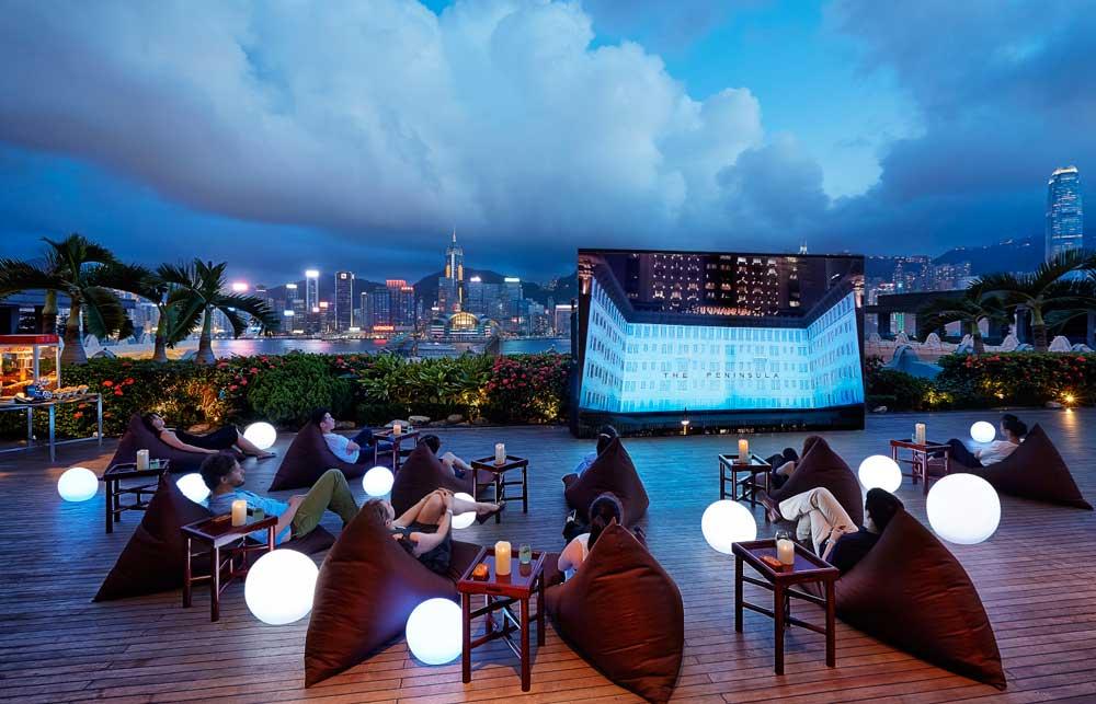 Die Sun Terrace des Peninsula Hong Kong wird jeden Abend zum schönsten Kino unter freiem Himmel