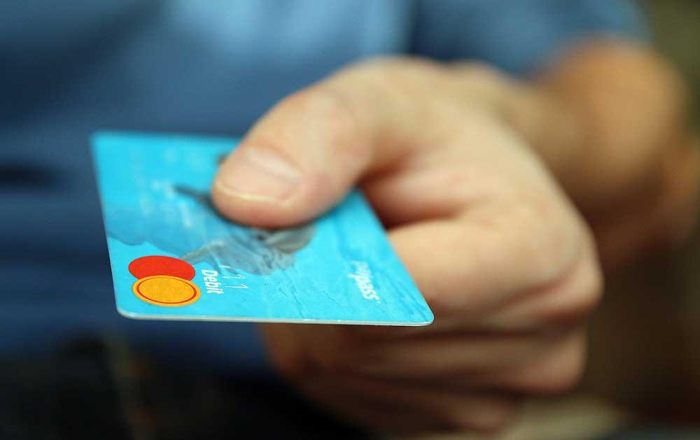 Flugticket mit Kreditkarte bezahlen kann bei vielen FLuglinien teuer werden: Es wird eine Zusatzgebühr kassiert (Foto: Pixabay)