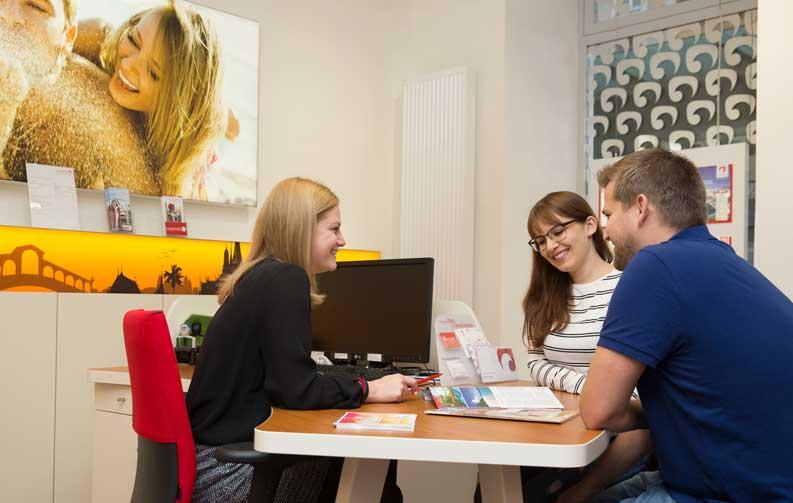 Gute Beratung im Reisebüro wird von Kunden belohnt: Mit der Note 1,8 und einer Zielerreichung von 88 Prozent siegt Ruefa im Test der Gesellschaft für Verbraucherstudien (ÖGVS) und dem Magazin News (Foto: Ruefa)