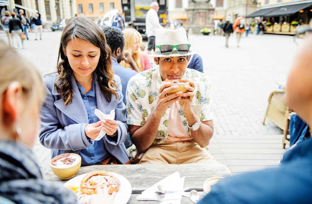 Auf eine Fika, Kaffeepause, gehen, mögen die Schweden. Bei Kaffee (Fika) und süßen Kalorienbomben tratschen sie über König Gustav und die Welt (Foto: Simon Paulin, imagebank.sweden.se)