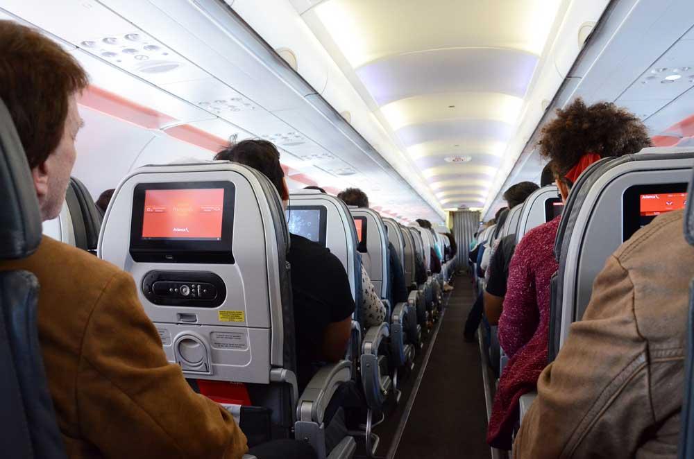 Gutes Benehmen an Bord eines Flugzeugs wird von vielen Reisenden oft vermisst (Foto: Pixabay)