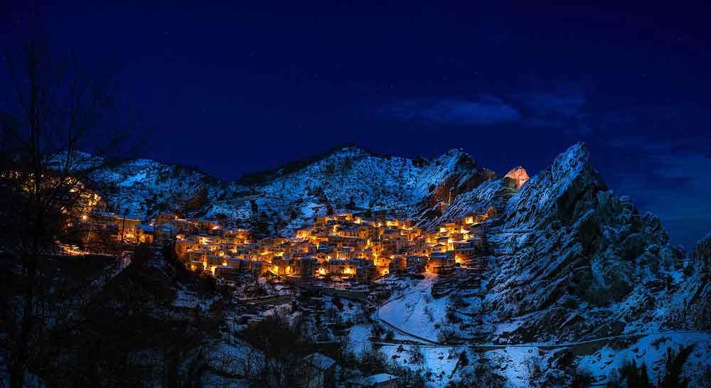 Das idyllische Bergdorf Castelmezzano in der Basilikata ist ein Geheimtipp für Italienreisende (Foto: David Mark, Pixabay)