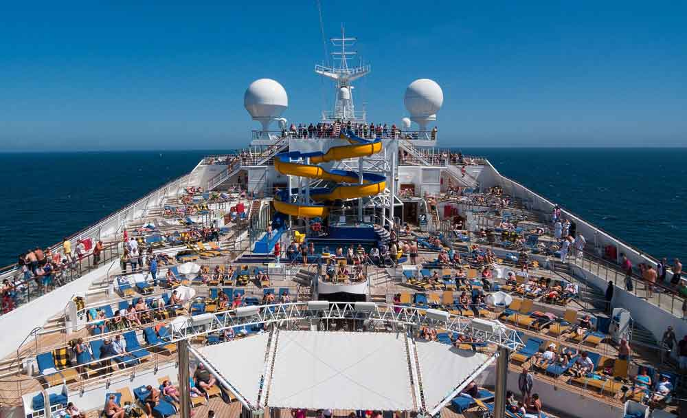 Seereisen sind gefragt: Blick aufs Oberdeck eines Kreuzfahrtschiffes