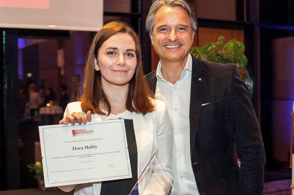 Erfolgreiche Nachwuchsförderung: Ohne Fleiß kein Preis! Preisträgerin Dora Hably und ARCOTEL Hotels Sales Director Rudolf Hausegger  (Copyright: D. Mikkels)