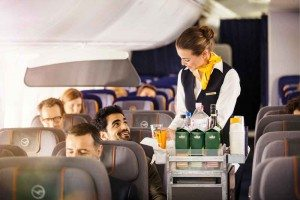 Wer Snacks, Softdrinks oder Speisen an Bord einer Airline konsumieren will, bezahlt mehr als am Boden (Foto: Lufthansa, FRALMM)