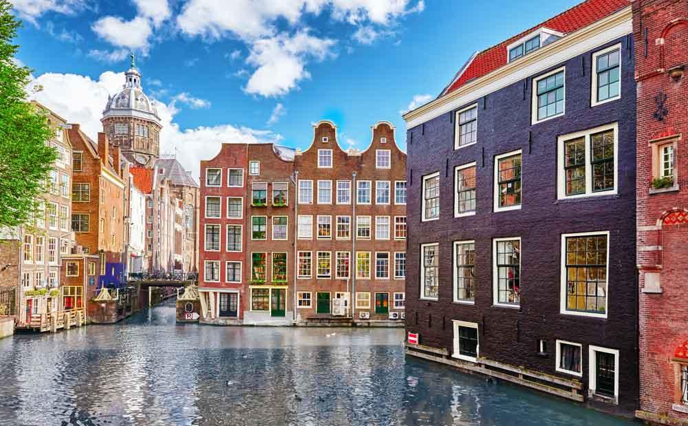 Was einem in Amsterdam sofort ins Auge sticht, sind die vielen Grachten. Hier bietet sich eine Stadtrundfahrt auf dem Boot an