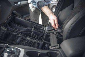 Einfache Montage: Mit dem Sicherheitsgurt wird Slotpack auf dem Beifahrersitz angeschnallt