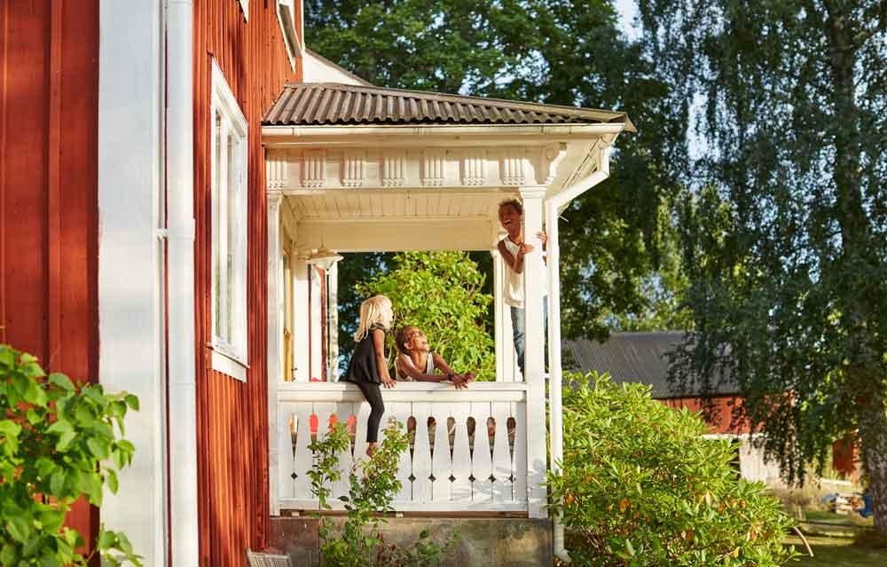 Airbnb-Gästen steht ganz Schweden offen: Jeder See wird zum persönlichen Infinity-Pool, jeder Berggipfel zur Terrasse aus Granit, jede Wiese zum Garten und jeder Wald zur Speisekammer (Foto: Clive Tompsett, Image Bank Sweden)