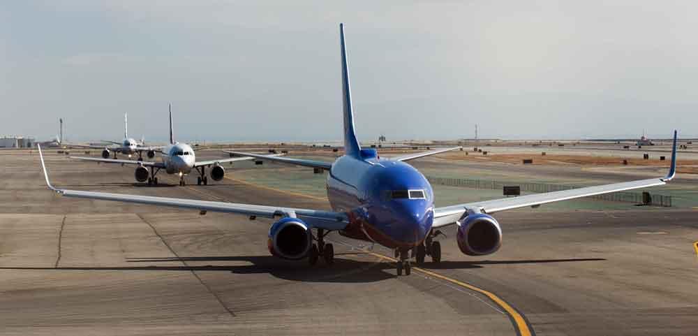 Stau am Boden, Stau am Himmel: Der Sommerflugplan beschert Reisenden wieder Flugverspätungen (Foto: Skeeze, Pixabay)