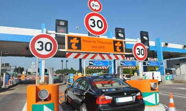 """Mit der Mautplakette können sich auch ausländische Autobahnnutzer an mit """"T"""" gekennzeichneten Durchgängen einreihen"""