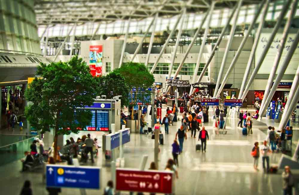Ob beruflich oder privat: Flugpassagiere sollten stets eine Reiseapotheke im Handgepäck mitführen (Foto: Michael Gaida, Pixabay)