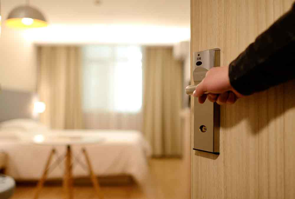 Hotelzimmer: Tür wird geöffnet