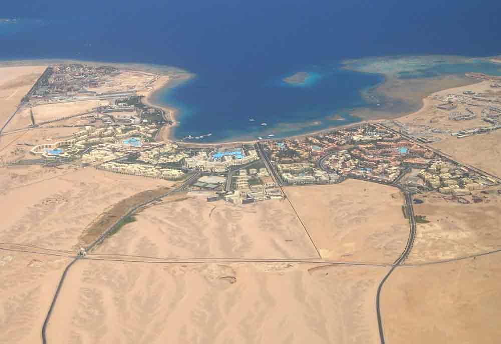 Traumhafte Strände mit zahllosen Hotelanlagen eröffnen sich den Reisenden beim Landeanflug auf Hurghada (Foto: Mathias Thunemann, Pixabay)