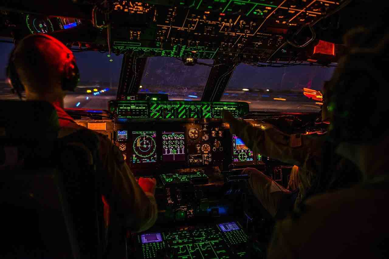 Ersetzen Computer im Cockpit die Piloten von Verkehrsflugzeugen? Eine Studie prophezeit das (Foto: Skeeze, Pixabnay)