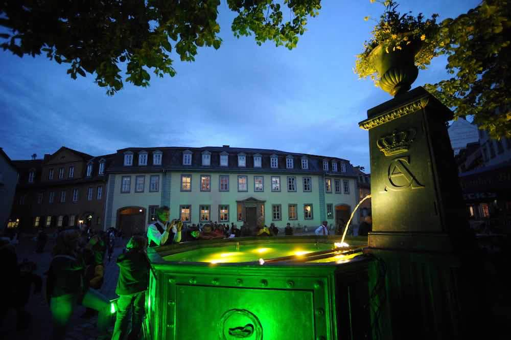 Gothes Geburtshaus in Weimar mit dem Carl August Brunnen ist ein Touristenmagnet (Foto: Maik Schuck, Weimar GmbH)